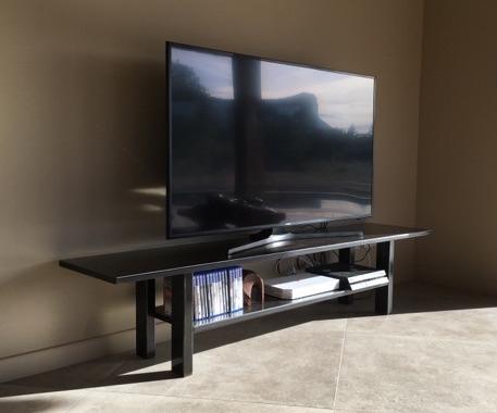 Cousu d'acier - banc TV sur mesure
